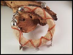 Bild 24: Armband mit Lederband und verschiedenen silbernen Elementen. Verschluss aus Edelstahl. Preis: 54 Euro