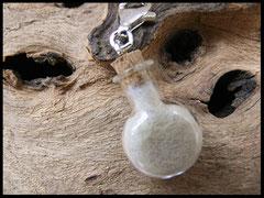 Bild 16: Glasphiole gefüllt mit ´Tierhaaren und einem silbernen Karabiner.Preis: 27Euro