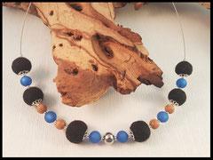 Bild 6: Die Fellperlen umschlossen von silbernen Perlkappen. Mit verarbeitet sind blaue Polarisperlen, Holzperlen und in der Mitte eine Edelstahlperle. Aufgezogen auf Edelstahlschmuckdraht. Preis: 49 Euro