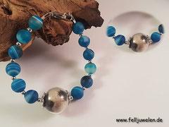 Bild 18: Eine gefüllte Glasperle (16mm) mit blauen Achatperlen und zierlichen silbernen Zwischenperlen. Der Verschluss ist aus Edelstahl. Preis: 40 Euro