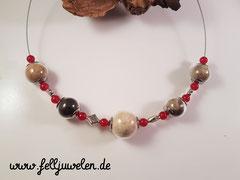 CO  1: 5 Hunde sind hier zu finden, in der Mitte die Mama in der grossen (20mm) Glasperle, die anderen 4 Perlen (16mm) sind mit den Haaren ihrer Welpen gefertigt. Dazwischen sind silberne Elemente und rote Jadeperlen aufgezogen. Preis: 70 Euro.