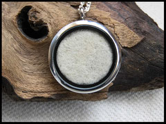 Bild 1: Medallion aus Edelstahl mit eingearbeiteten Tierhaaren.Grösse 30 mm Preis: 44 Euro.