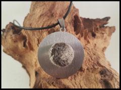 Bild 32: Ein Edelstahlanhänger mit einem Druckknopf, welcher mit einer Platte aus Fell versehen ist ( 16mm). Preis: 29 Euro