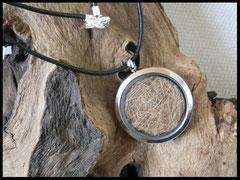 Bild 2: Medallion aus Edelstahl mit eingearbeiteten Tierhaaren, Grösse Gesamt 30mm. Preis: 44 Euro.