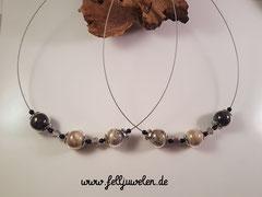 CO 5: Glasperlen mit Haaren gefüllt (16mm), silberne Perlen in Blütenoptik und kleine schwarze Perlen auf Edelstahlschmuckdraht. Preis: 44 Euro.
