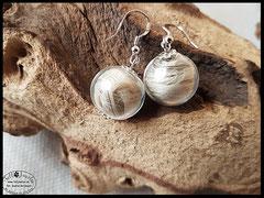 Bild 11: Ohrringe aus Tierhaaren, eingefasst in Glasperlen und mit einer zierlichen silbernen Perlkappe verziert. Verschluss 925er Silber. Preis: 28 Euro.