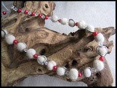 Bild 5:  Rote Wachsperlen, klare Facettenperlen, Fellkugeln eigefasst in kleine silberne Herzen. Preis: 42 Euro