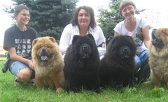 Тори,Эрика и Ника.(мама и дочери по бокам)