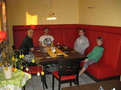 Meine Männer in der Frühstücksecke im Hotel