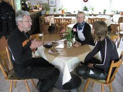 Nele (schon wieder mit feuchten Füßen) bleibt drinnen und genießt den heißen Tee mit Beate und Christoph