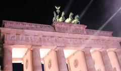Brandenburger Tor mit Quadriga, angestrahlt in der Nacht 9. November 2014. Foto: Helga Karl