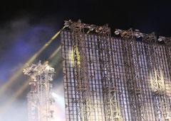 Hoher Bühnenaufbau Nachts vor Brandenburger Tor. Lichtergrenze 9.11.2014. Foto: Helga Karl