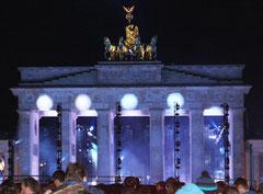 Brandenburger Tor nachts in blauem Licht, Fest 25 Jahre Mauerfall. Foto: Helga Karl 9.11.2014