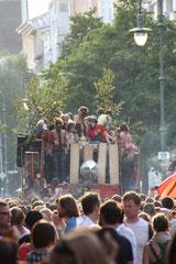 Tanz im Gedränge hinter dem Technowagen voll mit Menschen beim Karneval Berlin. Foto: Helga Karl