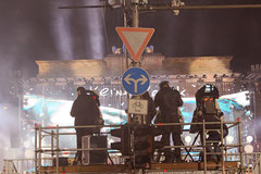 Kamerateams auf Gerüst vor Brandenburger Tor, Lichtergrenze Nachts 9.11.2014. Foto: Helga Karl