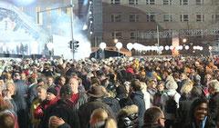 Menschenmenge Nachts 8.11.2014 - Lichtergrenze vor Brandenburger Tor. Foto: Helga Karl