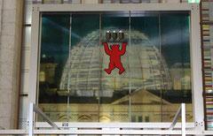 Berlin-Halle GrüneWoche, Design roter Bär vor Reichstagskuppel serviert Berliner Pils. Foto: Helga Karl