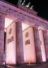 Durchgang Brandenburger Tor farbig erleuchtet bei Nacht. Lichtergrenze 9.Nov.2014. Foto: Helga Karl