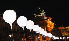 Nachts Lichtergrenze vor dem angestrahlten Brandenburger Tor in Berlin. Foto: Helga Karl 9.11.204