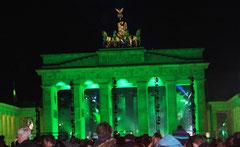 Brandenburger Tor nachts in grünem Licht, Lichtergrenze 25 Jahre Mauerfall. Foto: Helga Karl 9.11.2014