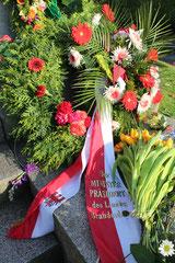 """Blumen von """"Ministerpräsident des Landes Brandenburg"""" am 9.Mai 2013. Sowjetisches Ehrenmal Berlin. Foto: Helga Karl"""