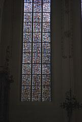 Un vitrail composé d'une multitude de petits éléments , style très original
