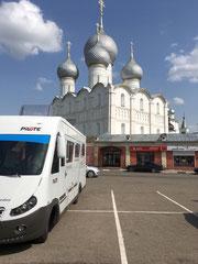 Devant le Kremlin de Rostov, pub gratuite...