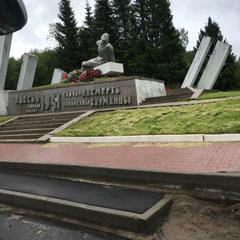 Un des nombreux monuments commémoratifs le long des routes.