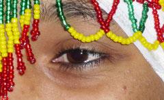 der Kopfschmuck mit ethiopischen Nationalfarben