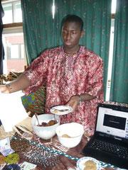 Komeh verteil Kostproben traditioneller Speisen