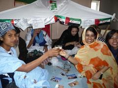 ... direkt neben dem Zelt der Schüler aus West Sahara, die süßen Tee verteilen.