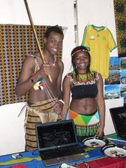 Prince und Thobile an ihrem Informationsstand über Süd Afrika