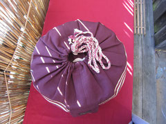 Unterseite -  mit gehäkelter Baumwollkordel und Holzperlen- Meditationskissen Luna- mit original indischer Sariborte 74 € Einzelstücke