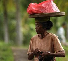 Portrait de femme Balinaise crachant