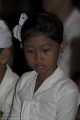 Jeune Balinaise au temple