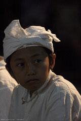 Jeune Balinais au temple
