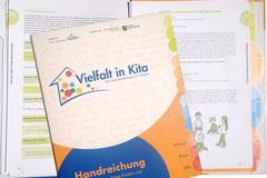 """Design und Satz der Handreichung """"Alltag mit mehrsprachigen Kindern und Eltern erfolgreich gestalten"""" des Kolibri e.V."""
