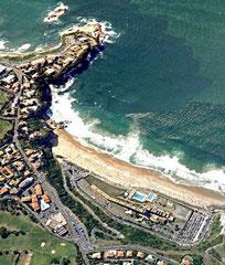 La même plage en 2013 : complexe hôtelier et parkings (GoogleEarth)