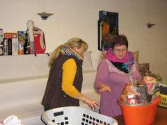 Moni und Tina beim Aufbau der Tombola