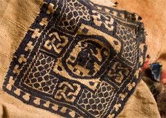 Détail du tissu visible sur l'un des vêtements  portés par la momie copte.