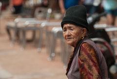 Old Lady an der Bodhnath Stupa, Kathmandu