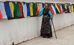 Alte Frau, Gebetsmûhlen, Bodhnath Stupa, Kathmandu