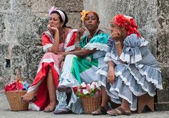 Blumenfrauen warten auf Kunden, Havanna