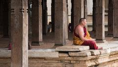 Budist im Zahntempel in Candy