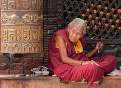 Alte Nonne an der Bodhnath Stupa, Kathmandu