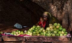 India, indien badami , Fruchtverkäuferin