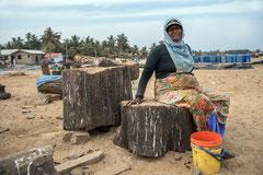 Negombo, Fischersfrau am Strand