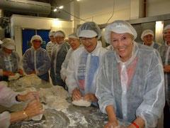 """Brotbacken in der Großbäckerei """"Steiskal"""", Erntedankfahrt 2012"""