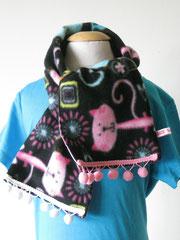 Fleece sjaal met katjes, 94 cm lang en 15 cm breed. De achterkant is van katoen, roze met witte stippen.