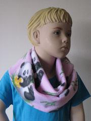 Fleece sjaal met panda's, 142 cm rondom en 18 cm breed. De achterkant is van katoen, roze met witte stippen.